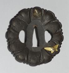 Tsuba w kształcie korony kwiatu z motylami