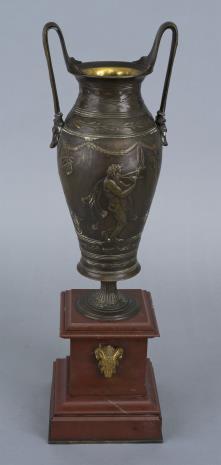nieznany, Wazon secesyjny w kształcie urny na postumencie