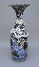 Wazon z chińską dekoracją i smokiem