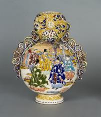 Wazon w kształcie spłaszczonej tykwy z dekoracją figuralną