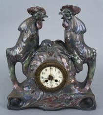 Zegar kominkowy ozdobiony dwoma kogutami