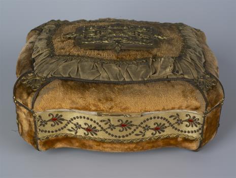 nieznany, Puzdro drewniane pokryte welurem z brązami