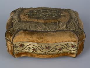 Puzdro drewniane pokryte welurem z brązami