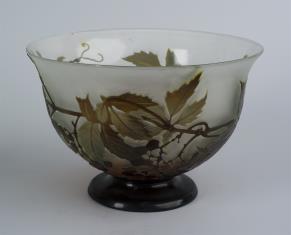 Czara szklana z motywem owoców i liści