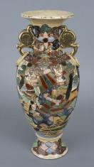 Wazon z dekoracją figuralną i kwiatową