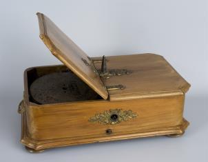Polifon w drewnianej obudowie z dwoma płytami