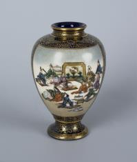 Flakon z dekoracją figuralną