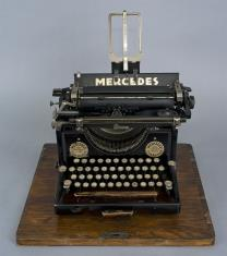Maszyna do pisania z futerałem