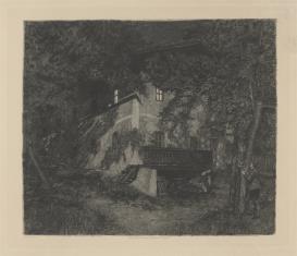 Młodzieniec wpatrzony w oświetlone okna domu