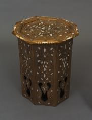 Ośmioboczny stolik inkrustowany masa perłową