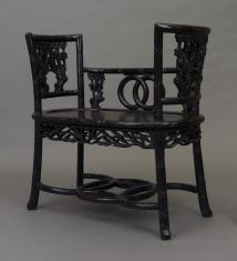 Fotel z niskim oparciem i wysokimi poręczami