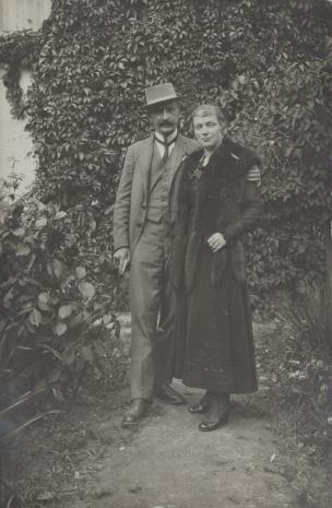 nieznany, Kobieta i mężczyzna w ogrodzie