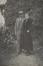 Kobieta i mężczyzna w ogrodzie
