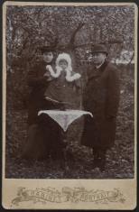 Kobieta i mężczyzna z dzieckiem