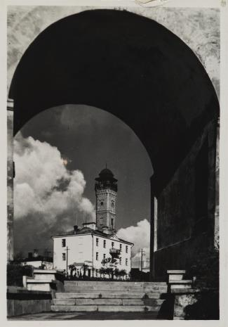 S. Żywno, Grodno. Widok na wieżę straży ogniowej od schodów Pierackiego