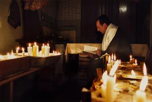 Modlitwa za zmarłych podczas święta Jom Kipur w gminie w Legnicy