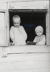 Dzieci w oknie chaty
