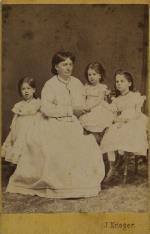 Portret grupowy - kobieta z trzema dziewczynkami
