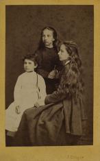 Portret grupowy trzech dziewcząt