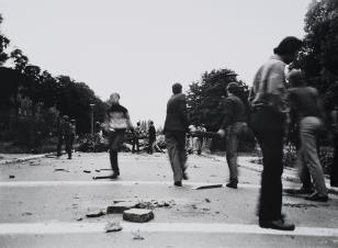 Nowa Huta, 13 IV 1983, budowa barykady