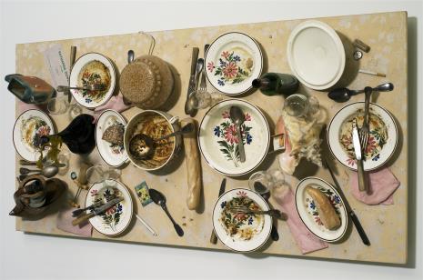 """Daniel Spoerri, Z serii sewilskiej nr 7 """"Zjedzone przez D.S., Katarzynę i przyjaciół. Paryż, Atelier rue du Retrait Pocz. XI 1991"""