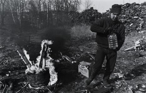 """Jerzy Wierzbicki, Zbieracz złomu """"Port Gdańsk"""", z cyklu: Przedmieścia Gdańska, 1997-2004"""