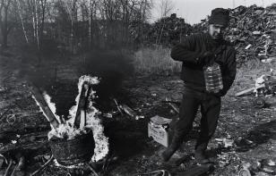 """Zbieracz złomu """"Port Gdańsk"""", z cyklu: Przedmieścia Gdańska, 1997-2004"""