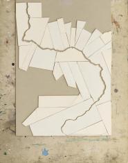 Zdjęcie pracy artysty zrobionej z tektury i odtwarzającej zarys rzeki Wisły na mapie.