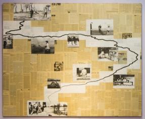 Przez tło powstałe z umieszczonych obok siebie kilkudziesięciu stron pożółkłych gazet zygzakiem jak nurt rzeki przebiega czarna linia, wzdłuż niej w białych polach umieszczone są czarnobiałe reprodukcje zdjęć i rysunków.