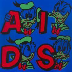 Na zdjęciu obraz o formacie kwadratu, na ciemnoniebieskim tle czerwone litery A,I,D,S, obok każdej z nich głowa Kaczora Donalda o czarnym konturze i zielonym wypełnieniu elementów takich jak czapka, dziób i kołnierz, i z czerwoną kokardą.
