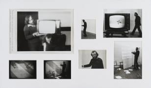 Na zdjęciu passe-partout w poziomie posiadające 6 wyciętych okienek, w których znajdują się czarno-białe fotografie, na największych z nich widać mężczyzn i telewizor, na innych artystę w trakcie pracy.