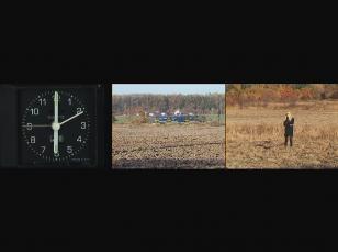 Na czarnym tle poziomy kadr z filmu złożony z trzech części: po lewej zegar wskazujący szóstą, po środku krajobraz z jadącym tramwajem, po prawej pole z osobą w czerni i z włosami blond.