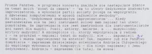 Zdjęcie białej, podłużnej kartki maszynopisu. Na białym tle ciemne, lekko wyblakłe litery. Jedno słowo dopisane długopisem.