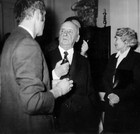 Henryk Stażewski w rozmowie z Włodzimierzem Borowskim (Galeria Foksal w Warszawie), z prawej red. Ewa Garztecka (Trybuna Ludu)