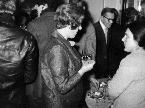 Z prawej Regina Marquadt Regina Marquadt (Dział Realizacji Wystaw i Wydawnictw), w głębi red. Roman Janisławski (PAP)