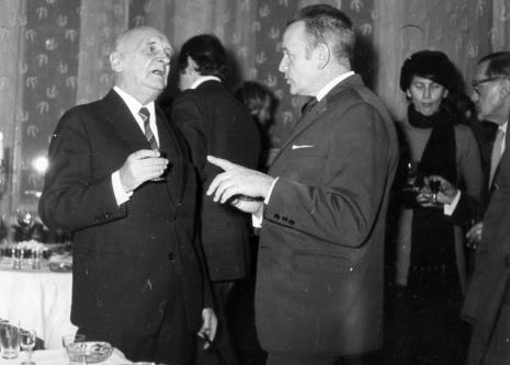 Henryk Stażewski w rozmowie z red. Jerzym Urbankiewiczem, w głębi z prawej strony red. Roman Janisławski (PAP)