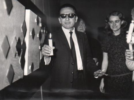 Dyr. Ryszard Stanisławski na wernisażu, w głębi Henryk Stażewski, z prawej A. Maj