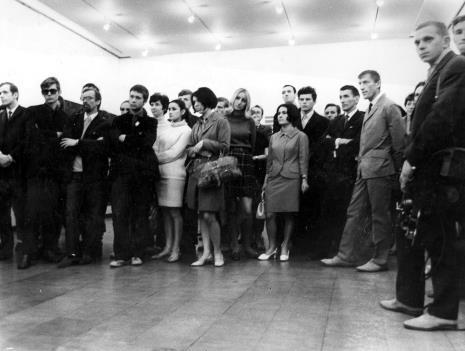 Pierwszy z lewej Janusz Zagrodzki (Dział Grafiki i Rysunku Nowoczesnego), z prawej w jasnym garniturze Wiesław Garboliński (malarz, prezes ZPAP w Łodzi), pierwszy z prawej strony Tomasz Jaśkiewicz