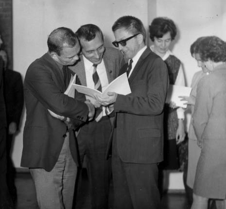 Od lewej artyści Tomasz Jaśkiewicz (PWSSP w Łodzi), Tadeusz Witold Wolański (PWSSP w Łodzi), dyr. Ryszard Stanisławski, Janina Ojrzyńska (Dział Naukowo - Oświatowy)