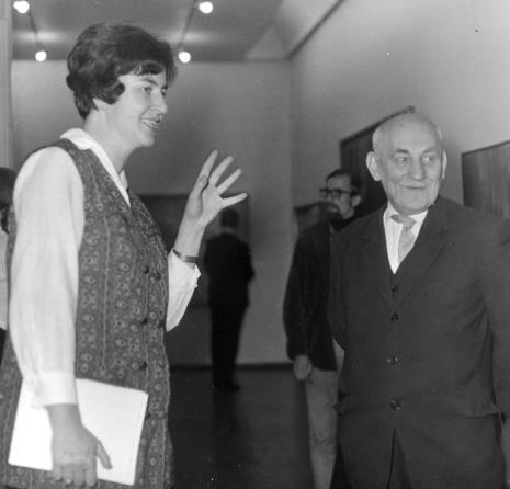 Janina Ojrzyńska (Dział Naukowo - Oświatowy) i kustosz Marian Bohdziewicz (kierownik Działu Malarstwa Polskiego)