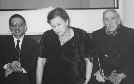 Od lewej dyr. Ryszard Stanisławski, Halina Grombczewska (inspektor techniczny ms), Janusz Szmidt (emerytowany woźny, pracownik ms od przedwojnia)