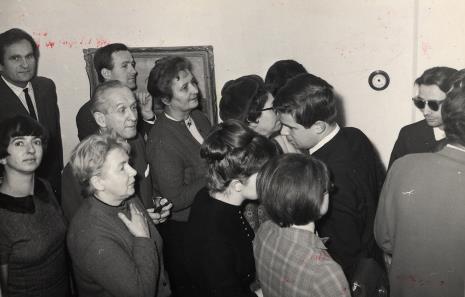 Z lewej strony Lech Kunka i Hanna Ptaszkowska, 'pod prąd' idzie dr Jacek Ojrzyński (Dział Dokumentacji Naukowej), za nim Mirosław Pietkiewicz (SPAM)