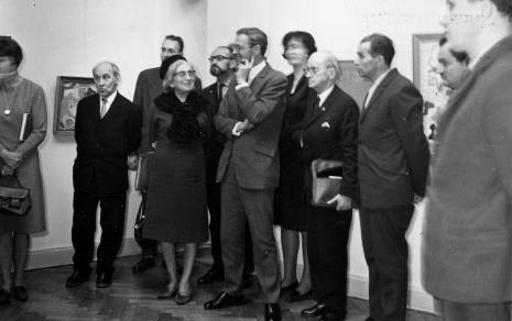 Zwiedzanie ekspozycji na II piętrze, od lewej kustosz Michał Bohdziewicz, red. Juliusz Garztecki, red. Jadwiga Sakowicz (Głos Robotniczy), Jerzy Stajuda, Tadeusz Byczko (ms), Janina Ojrzyńska (Dział Naukowo - Oświatowy), red. Roman Janisławski (PAP), R. Kaczmarek, red. Henryk Pawlak (Express Ilustrowany), x