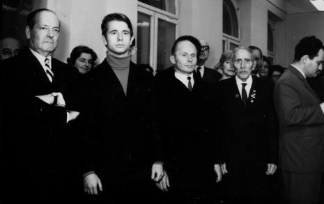 Od prawej red. Henryk Pawlak (Głos Robotniczy), weteran Rewolucji 1905 roku, emerytowany woźny ms Adam Szmidt