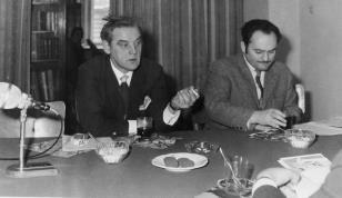 Konferencja prasowa w czytelni biblioteki Działu Dokumentacji Naukowej, Kajetan Sosnowski i red. Henryk Pawlak (Głos Robotniczy)