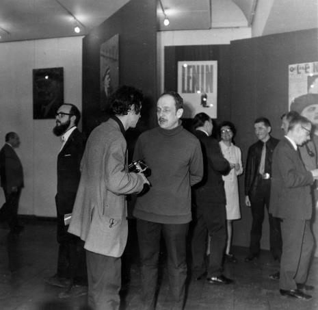 Od lewej w głębi dyr. Ryszard Brudziński, Paweł Udorowiecki (plakacista), x, Antoni Starczewski, (tyłem) red. Jerzy Lessmann, x, Benon Liberski, Wiesław Garboliński, Stanisław Fijałkowski (z fajką)