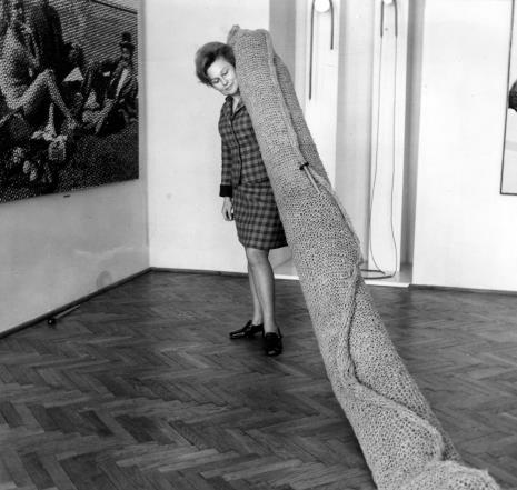 Anna Łabęcka (Dział Sztuki Nowoczesnej) podczas akcji Tricotage