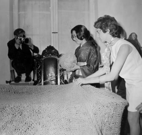 Od lewej W. Parys, Aiko Miyawaki, Katarzyna Pawłowska-Horna (Dział Realizacji Wystaw i Wydawnictw)