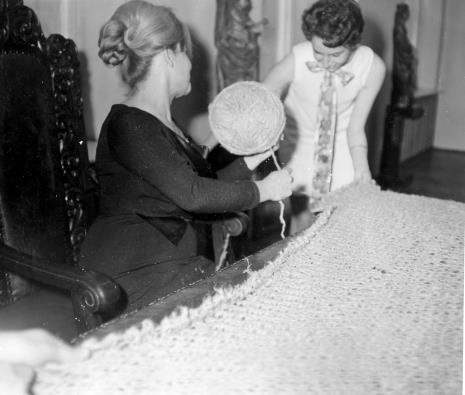 Pracownice ms Anna Łabęcka (Dział Sztuki Nowoczesnej) i Katarzyna Pawłowska-Horna (Dział Realizacji Wystaw i Wydawnictw) podczas akcji Tricotage