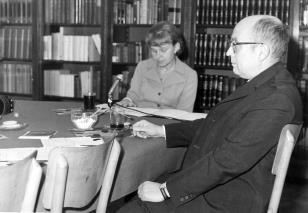 Janina Ładnowska (Dział Sztuki Nowoczesnej) i kustosz Mieczysław Potemski (kierownik Działu Sztuki Obcej)